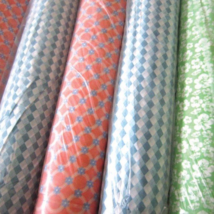 La fábrica proporciona directamente el rollo impreso no tejido de Spunbond de la materia textil casera