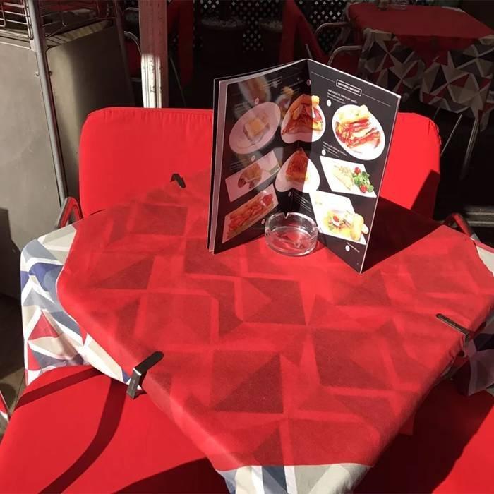 सुरुचिपूर्ण डिजाइन गैर बुना टेबल कपड़ा प्रयोज्य सामग्री मुद्रित